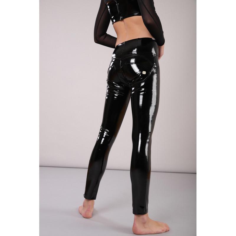 WR.UP® Ekoskóra - Spodnie Skinny z regularnym stanem w kolorze brązowym z motywem wężowym